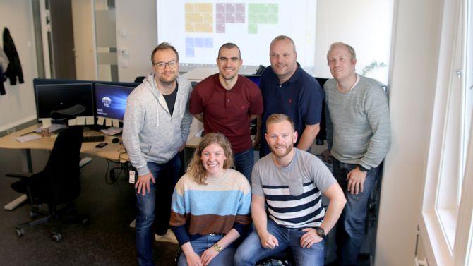 Det er høyt under taket blant utviklerne i IT-avdelingen. Bak fra venstre Vegard Kartfjord, Kjetil Hafstad, Gøran Kristensen, Bjørge Susæg Stafsnes, Kristin Skjørseter og Lars Espolin Johnson.