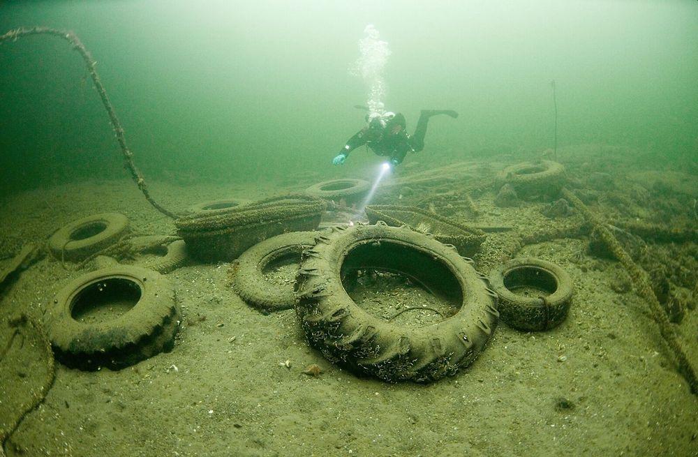 94 prosent av plasten i havet anslås å synke til bunns. Bildet fra utenfor Nesodden viser gamle traktordekk og to deler fra dekselet til en redningsflåte.