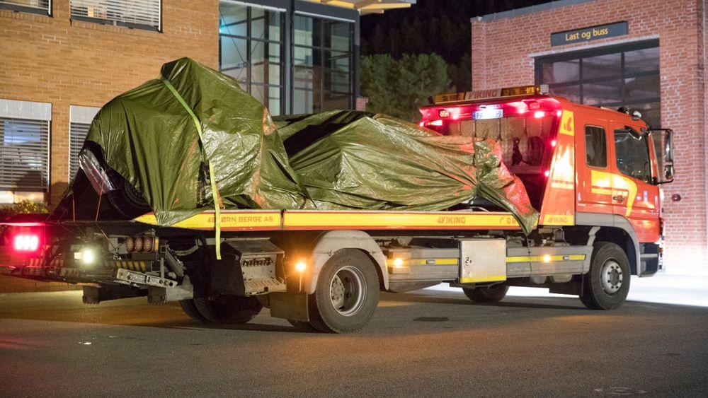 Fem personer døde da en veteranbil krasjet i en fjellvegg på vei ned fra Gaustadtoppen mot Rjukan søndag. Bilen ble kjørt til vegstasjonen på Notodden i løpet av natten.