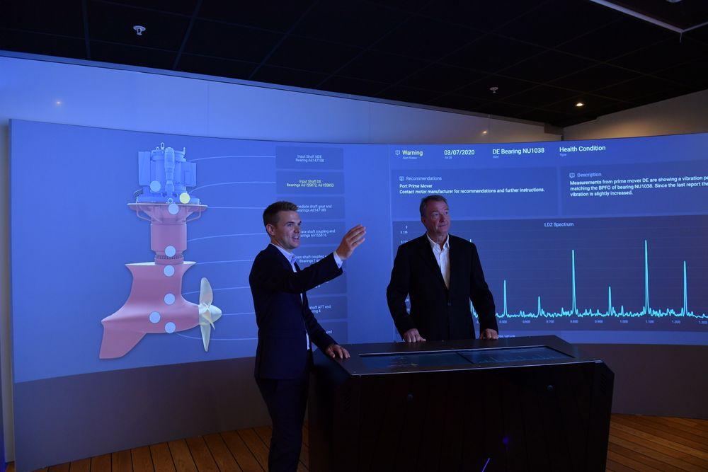 Kristian Kleiveland og Per Huse fra Rolls-Royce Ship Intelligence med den nyeste digitale tjenesten Health Management. Med sensorer på en rekke typer utstyr, gis et holistisk bilde av skipet eller riggens tilstand.