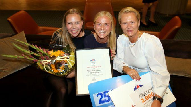 Fra venstre de pedagogiske lederne Seline Risan Sævle og Mette Drivdal, og daglig leder Annette Strand, var henrykte og rørte etter at Norlandia Skistua barnehage ble utnevnt til Årets barnehage 2018.