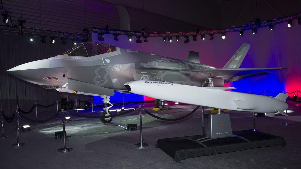Fra avdukingen av det første norske F-35A i 2016. Japan har tilsvarende fly, som de bygger selv, og har et uttalt mål om å utruste dem med JSM (foran).