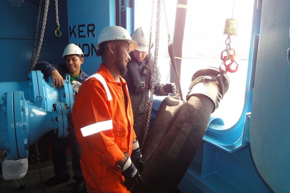 Slanger for bunkring av drivstoff heises om bord i et skip. Fra 2020 må all verdens ca. 70.000 skip bruke lavsvovel diesel, bruke LNG eller vaske eksos med scrubber.