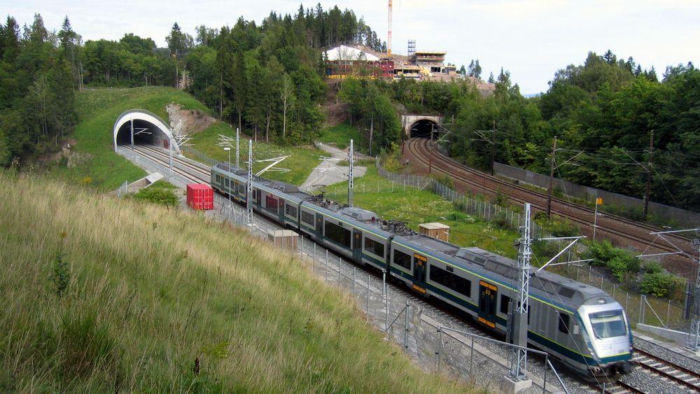 I løpet av 2018 starter byggingen av dobbeltsporet jernbane mellom Venjar og Eidsvoll. Når utbyggingen er ferdig i 2022 vil det være sammenhengende dobbeltspor mellom Oslo S og Eidsvold.