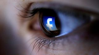 Illustrasjon hvor en rettvendt Facebook-logo reflekteres i øyet til en person.
