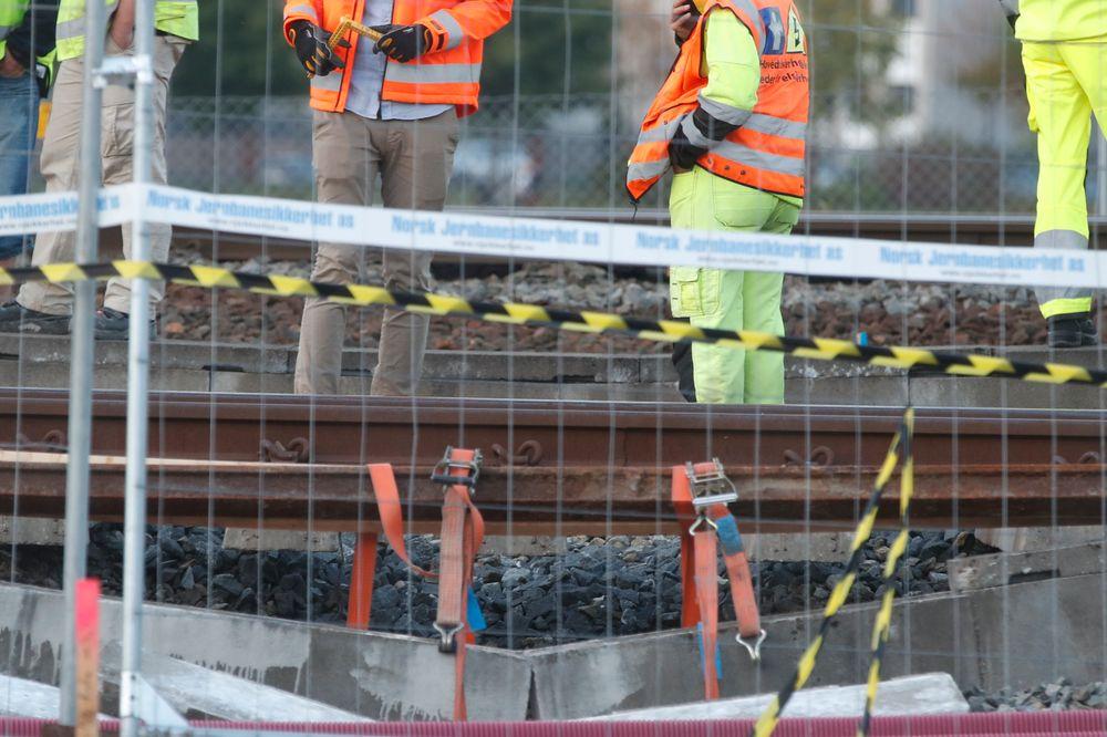 Teknikere jobbet onsdag ettermiddag på stedet hvor det gikk galt ved Drammen stasjon. Togskinnene hang i løse luften.
