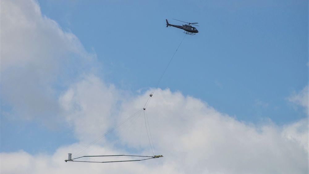 Det er danske Skytem som har utviklet antennen som fraktes rundt med helikopter.