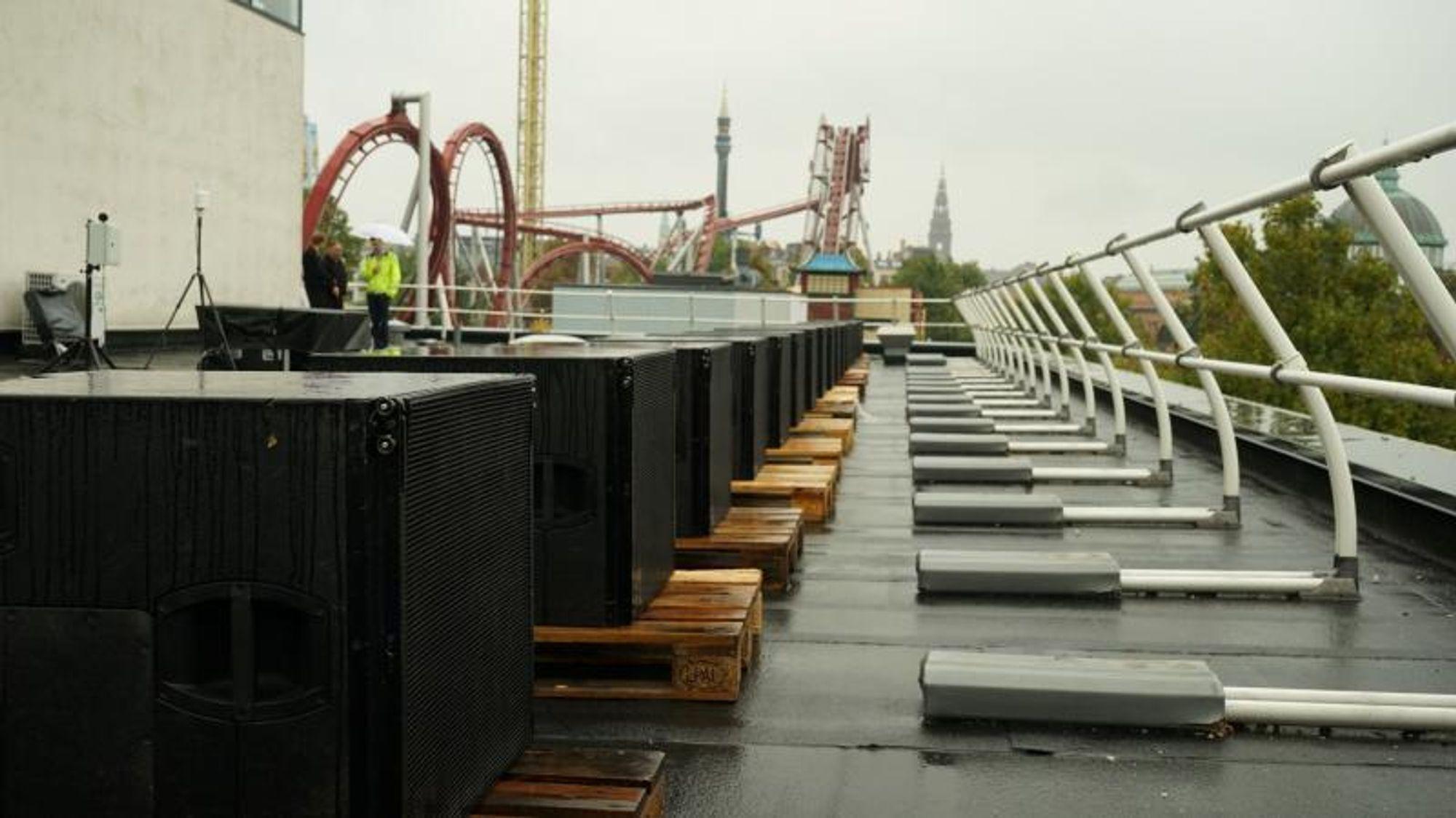 Rekken av 18 sekundære høyttalere som skal begrense støyen utenfor konsertområdet.