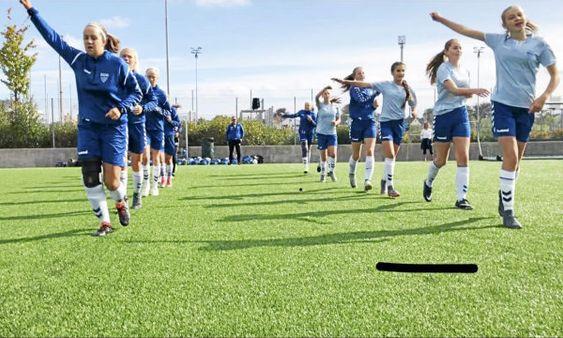 fotball jenter piker 14Til Stavanger med fly for å spille 1/4-finale!Kolbotn IL's fotballjenter 04 spilte seg til 1/4-finale i Adidas-cup (uoffisielt NM) før sommeren, og kampen ble mot Viking på Vestbanen Stadion i Stavanger lørdag 1. septemberDa var det duket for deres første fotballkamp-flytur for de flinke, unge fotballjentene. Tradisjonen i KIL har ofte vært å møtes «på halvveien» når man skal møte lag fra helt andre kanter av landet. I dette tilfellet ville det blitt lang busstur til Kristiansand eller Gol eller noe sånt.