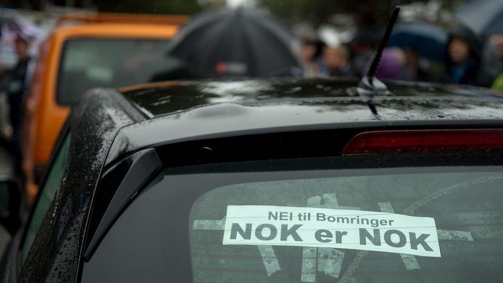 Ikke bare Elbilforeningen er misfornøyd med bompennger. Bildet er fra aksjonen mot bomringen på bybroa i Stavanger, der rundt tusen personer møtte opp for å stenge trafikken.