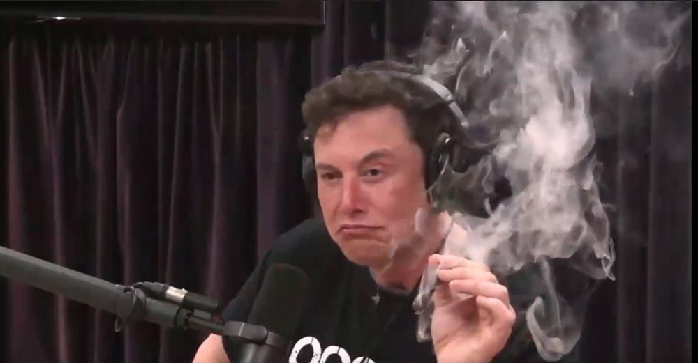 Elon Musk sier han ikke er noen star fan av marihuana, men provoserte likevel mange ved å røyke det under et intervju.
