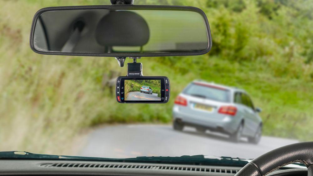 Følger med: Med en dashcam tar du opp trafikken foran i en kontinuerlig roterende videostrøm delt opp i segmenter på tre minutter som lett kan hentes ut.