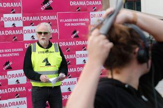 Forbundsleder Sverre Pedersen taler under støttemarkering på Christian Frederiks plass (sjøsiden av Oslo S) i regi av de streikende medlemmene hos Norsk filmforbund mandag.