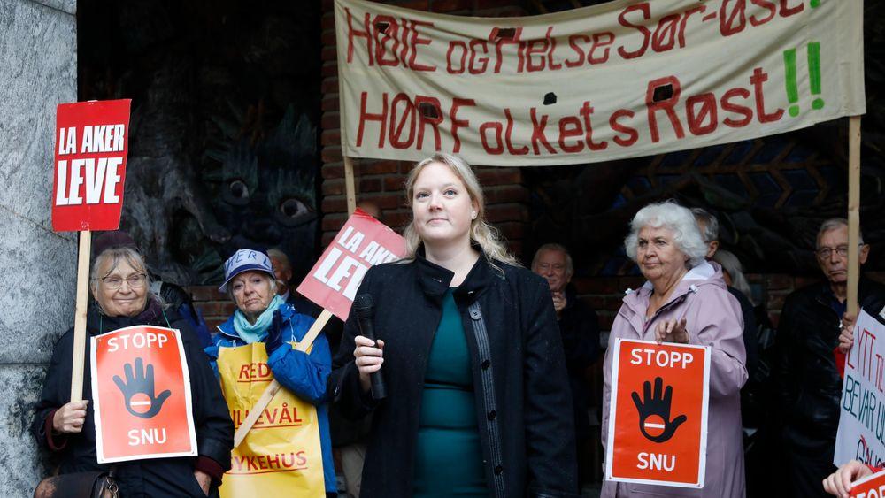 Helsepartiet, Oslo Frp og aksjonen Redd Ullevål sykehus holdt en protestmarkering i borggården utenfor Rådhuset tirsdag. Fremskrittspartiets helsepolitiske talsperson i Oslo, Aina Stenersen, holdt appell.