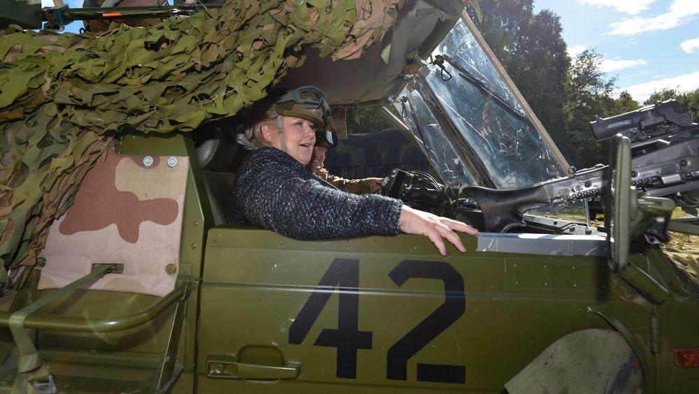Erna Solberg lovte flytting av Luftforsvarets skolesenter da hun besøkte soldater fra US Marine Corps på Værnes i går.