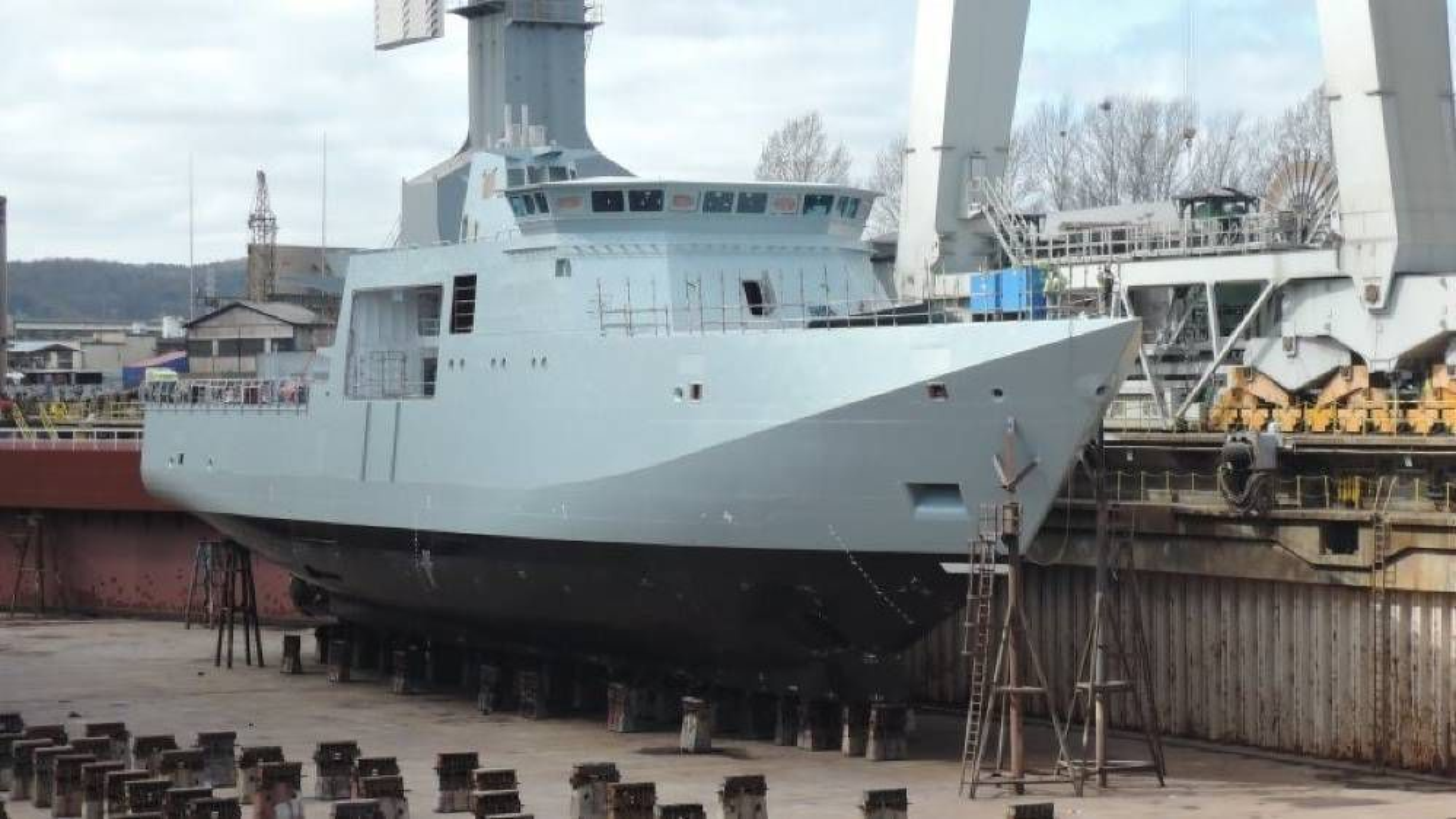 Det danske inspeksjonsskipet Lauge Koch ble bygget ved Crist Shipyard i Polen. Sannsynligvis var Nord-Koreanske slavearbeidere med på å bygge skipet.