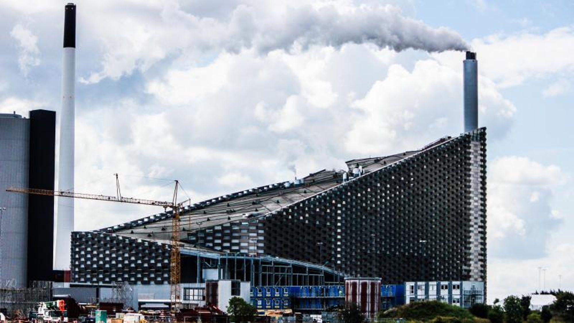 På toppen av forbrenningsanlegget Amager Bakke skimtes det som skal bli københavnernes nye skibakke. Bildet er fra august 2017.