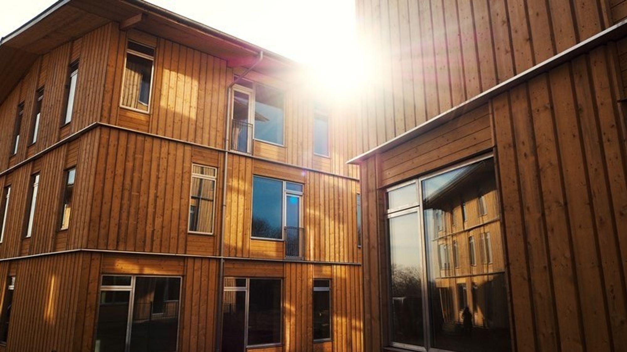 Ikke helt på Mjøstårn-nivå, men i Aarhus har boligorganisasjonen Al 2 Bolig fått oppført leiligheter i tre og fire etasjer med utstrakt bruk av tre i bærende konstruksjoner og fasader.