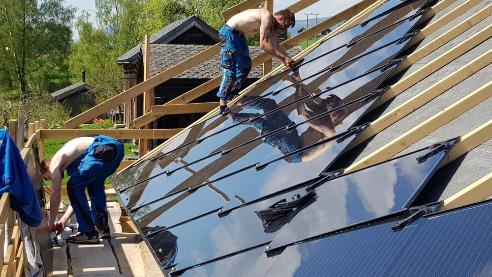 To mann brukte to og en halv dag på å montere solcelletaket. Undertaket tok lenger tid å forberede.