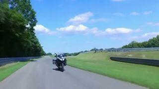 Her kjører BMWs motorsykkel uten fører