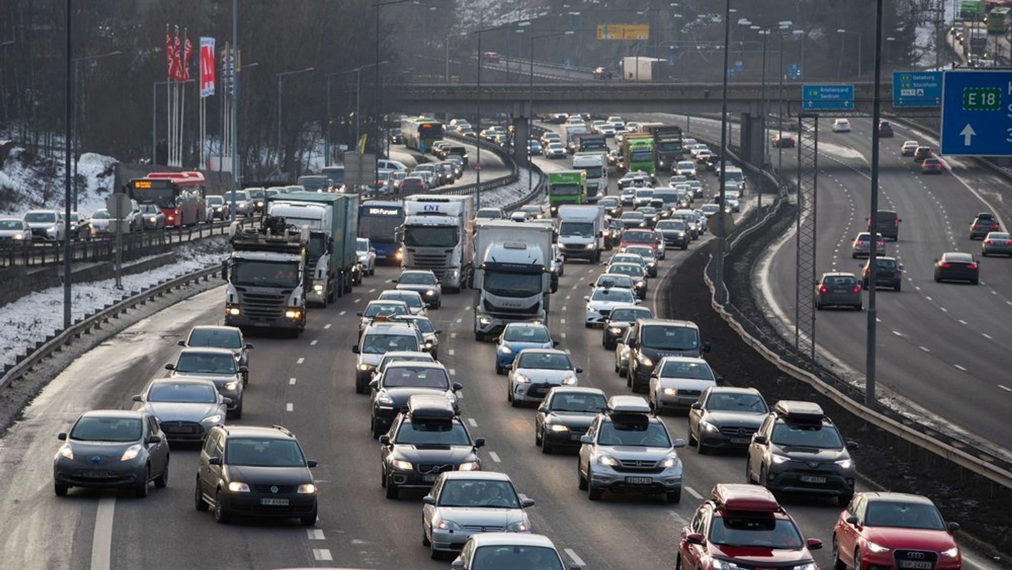 En rekke bilprodusenter mistenkes for å ha avtalt å ikke konkurrere mot hverandre i utviklingen av utslippsteknologi for biler.