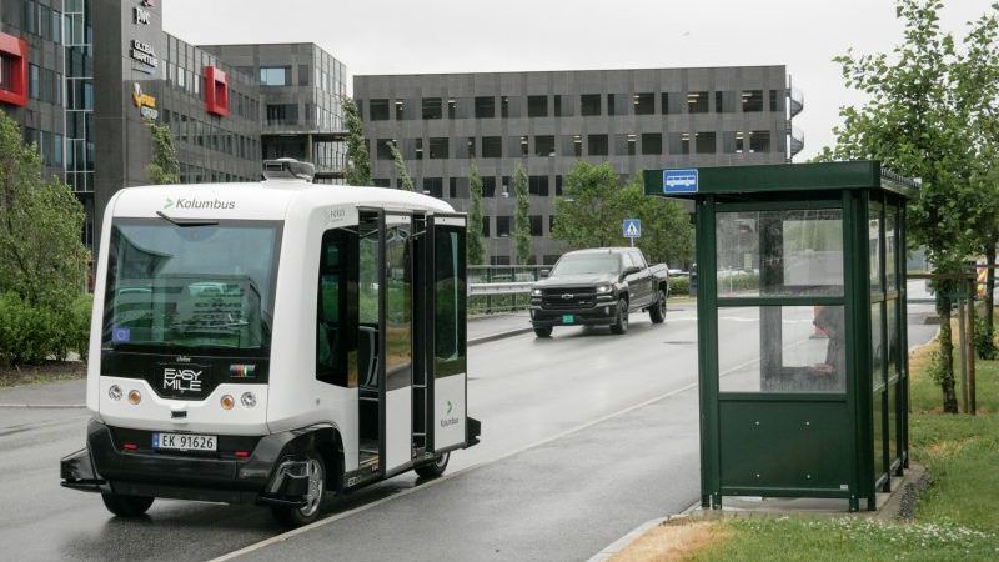 Her kjører den selvkjørende bussen i trafikk på Forus, som den første i Norge. Med en maksfart på 12 kilometer i timen opplever operatøren stadig vekk at bilister tar stygge forbikjøringer, som fører til at bussen automatisk bråbremser.