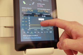 Vi en app kan man se hvordan gjæringen går. Appen viser også hvor mange CO2-bobler som har passert gjennom gjærlåsen.