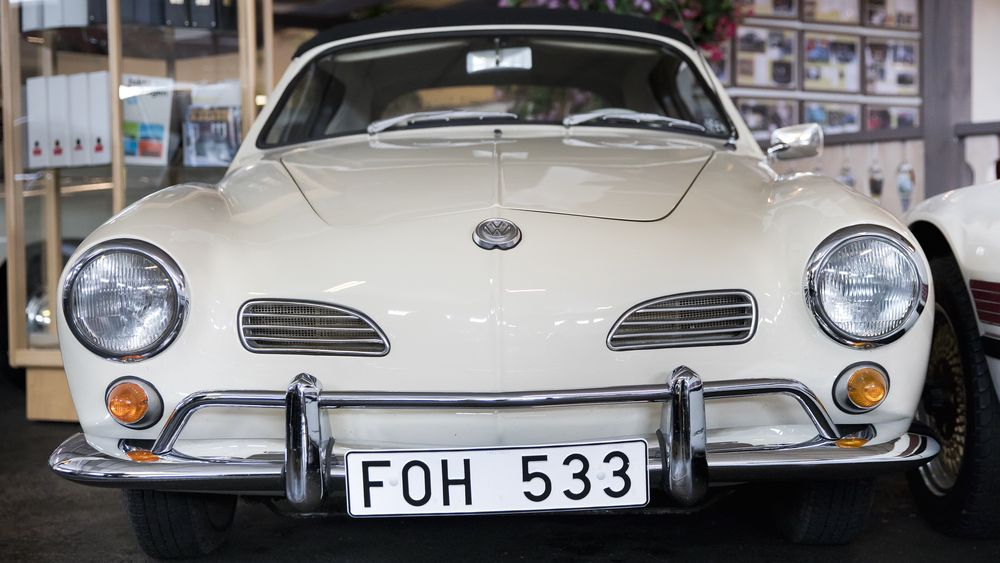 Fra neste år kan det siste tegnet i svenske registreringsnumre bli en bokstav. Registreringsnummeret på bildet sitter på en 1966,-modell Karmann Ghia cabriolet, som står utstilt på Volkswagen-museet i Pålsboda.