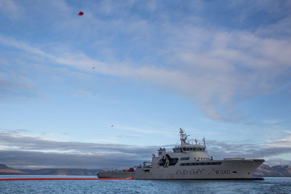 Med en drone plassert under en heliumballong får øvingsledelsen på KV Barentshav full oversikt fra lufta. Illustrasjonsbilde fra 2016.
