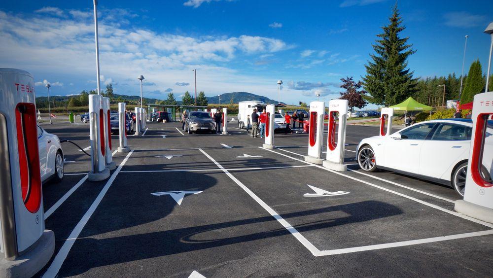 Nå er det dyrere å la Teslaen stå etter at den er fulladet