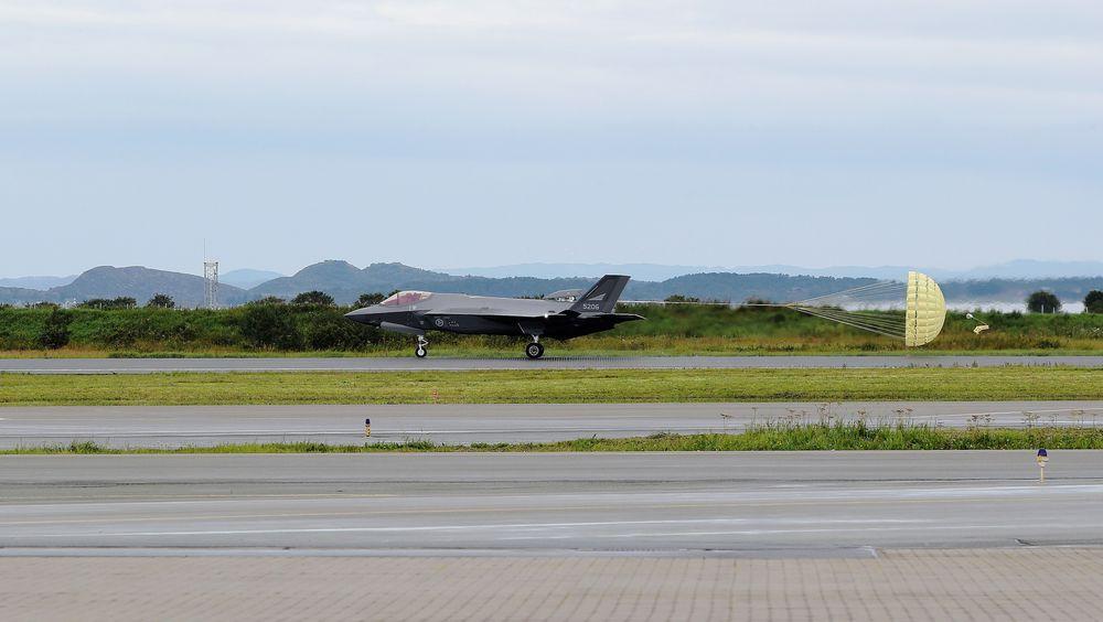 Et av de tidligere mottatte F-35A-flyene med bremseskjerm på Ørland flystasjon. I dag lander det tre nye fly.