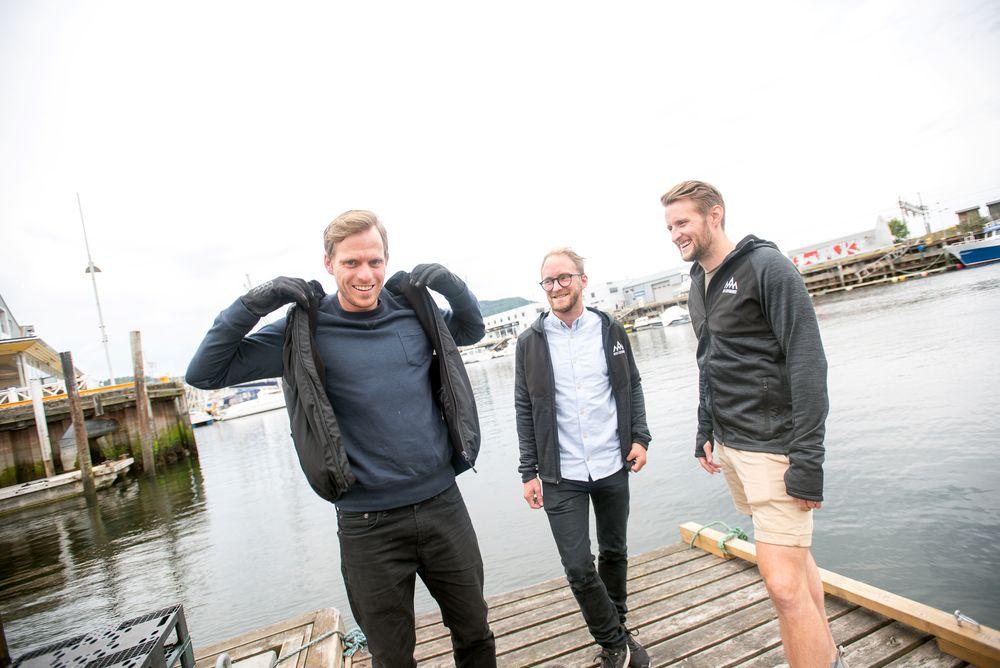 Holder deg varm: Denne trioen har i løpet av to og et halvt år klart å få fram flere produkter innen varmebekledning. Her viser de fram noe av produktene til Heat Experience. Fra venstre mot høyre: Emil Asbjørnslett, Rasmus Fannemel og  Fredrik Pedersen.