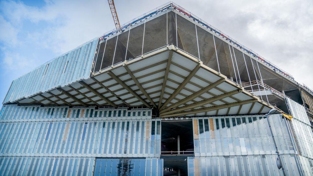 Det nye biblioteksbygget får en nå balkonglignende utkrager på 18 meter. Veggene bygges i en kombinasjon av klart og matt glass.