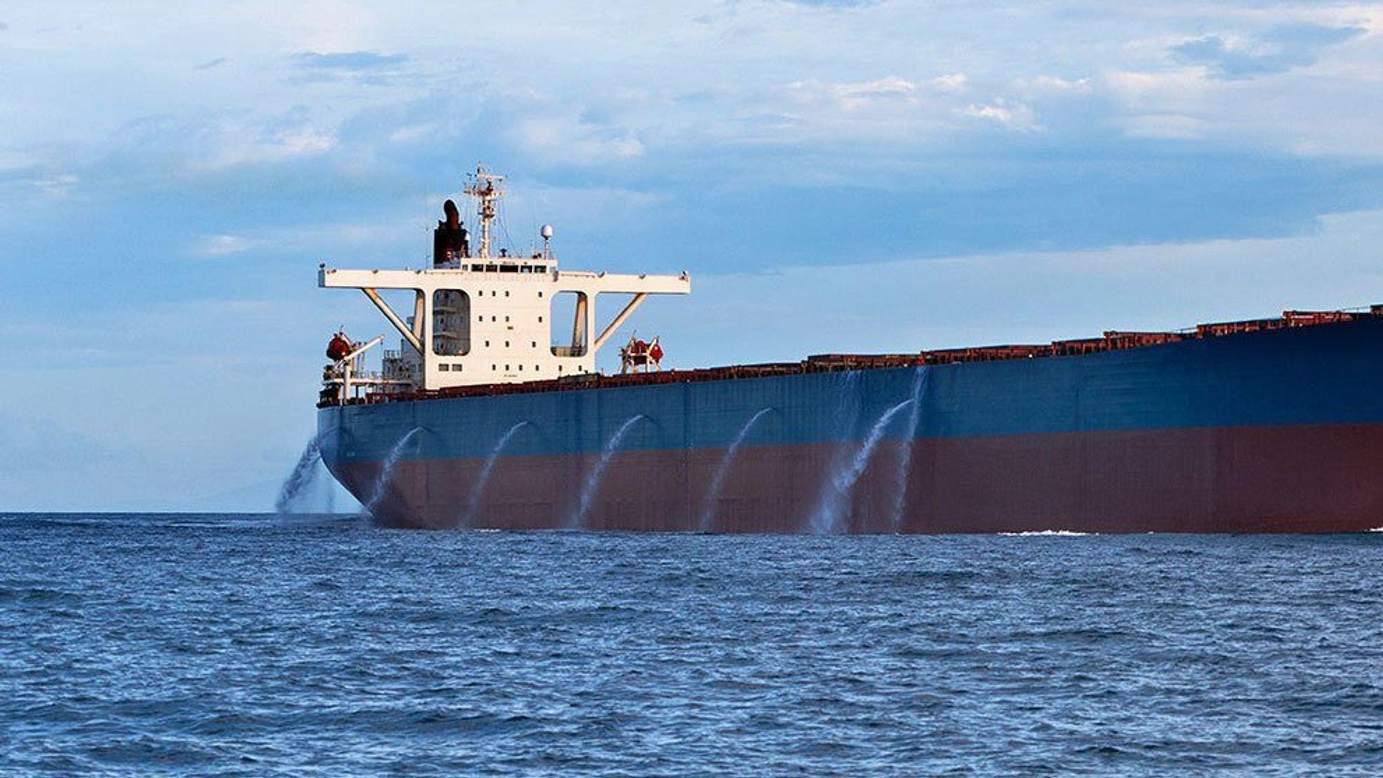 Erna Solberg er bekymret over at store områder i verdenshavene er uten reguleringer mot dumping av ballastvann, forsøpling og overfiske.