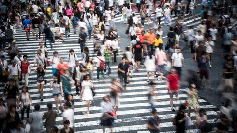 Folkemengde som krysser en fotgjengerovergang.