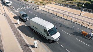 Denne el-varebilen fra Renault kan du se langt etter