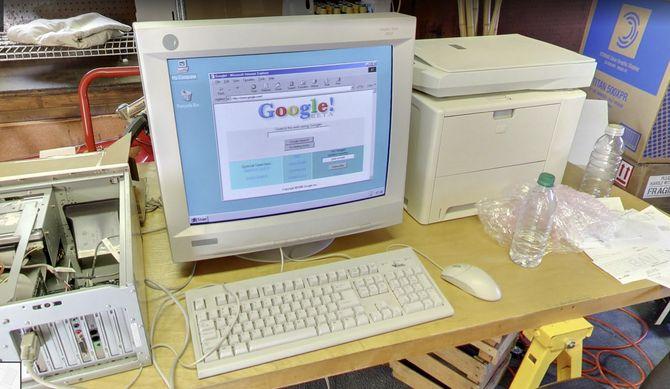 Gammel pc i Googles første lokaler som viser en betaversjon av søketjenesten.