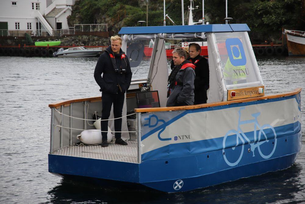 Milliampere seiler autonomt over Smedasundet i Haugesund. Femteårstudent Brage Sæther (t.v.) studerer robotikk og kybernetikk på NTNU og skriver prosjektoppgave om Milliampere.