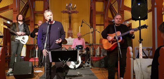 Bandet Longhorn spelar konsert i Borgund kyrkje i Lærdal. Den vesle kyrkja er full og bandet spelar alt frå trommer til bass og gitar.