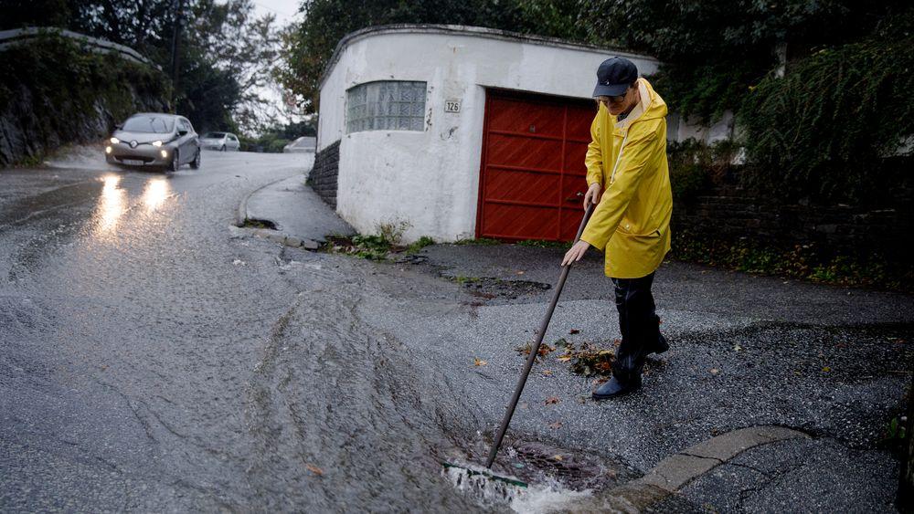 Store vannmengder etter et voldsomt regnvær skapte flere oversvømmelser i Bergen onsdag.