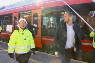Samferdselsminister Jon Georg Dale som går sammen med kommunikasjonsleder fra Bane nor, Trine Bratlie Evensen, foran et Flirt-tog.