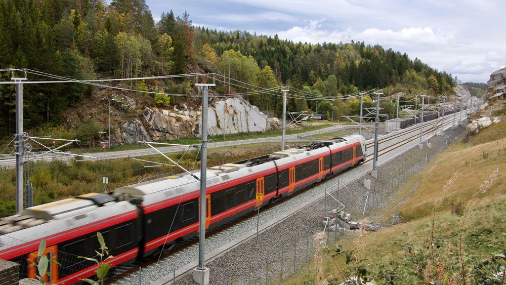 Tog som passerer dagstrekningen etter Askeklovatunellen mellom Porsgrunn og Farriseidet.