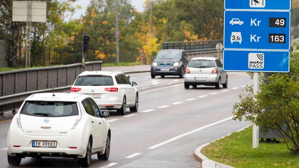 Antall fossilbiler gjennom bomringen rundt Oslo faller raskere enn tallet på elbiler gjennom bomringen stiger.
