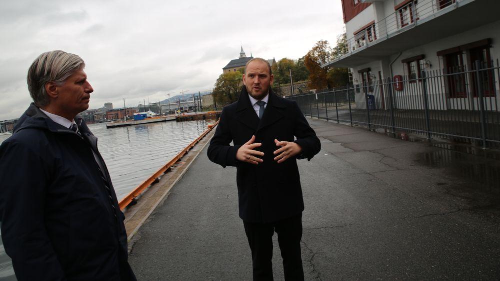 Miljøminister Ola Elvestuen (t.v.) og samferdselsminister Jon Georg Dale vil gjøre havnene mer konkurransedyktige med en tilskuddsordning på 50 millioner kroner i statsbudsjettet for 2019.