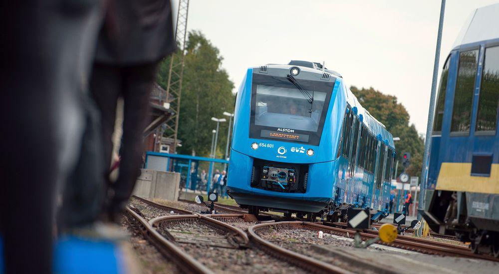 Et tysk hydrogentog avbildet i Bremervörde, nord i Tyskland. SV vil teste hydrogentog også på norske jernbaneskinner.
