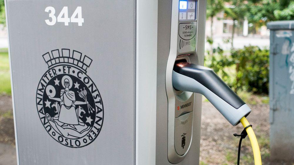 Byrådet i Oslo innfører betaling for lading av elbiler på kommunale ladeplasser.