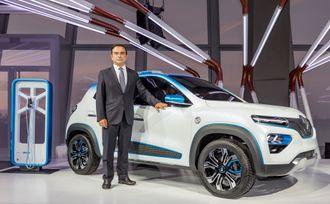 Renault-sjef Carlos Ghosn viser frem K-ZE på et arrangement i forkant av messa.