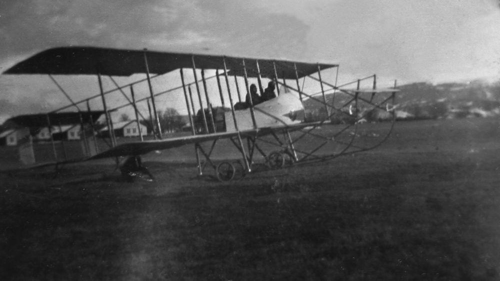 Riksantikvaren vil frede deler av Kjeller flyplass. Her er et Her et Farmand fly klar for takeoff en gang rundt 1915.
