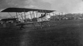 En av verdens eldste flyplasser er norsk. Nå skal deler av den fredes