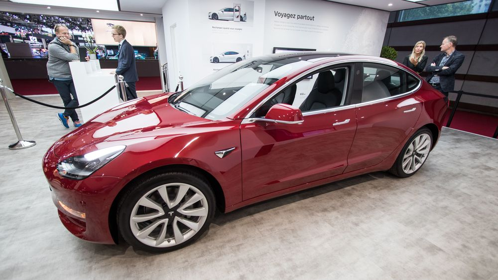 Tesla Model 3 stilt ut under bilmessen i Paris.